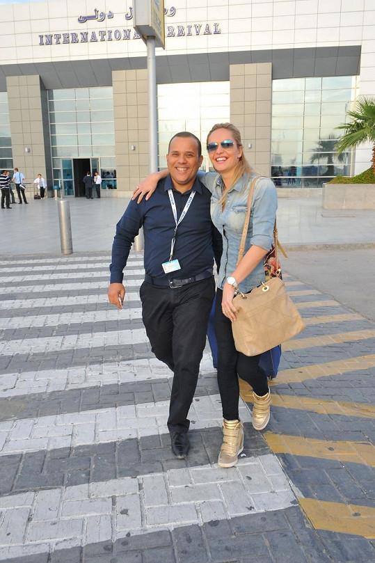 Na letišti ji čekal Mohamed Adel, který ji odvezl do hotelu.