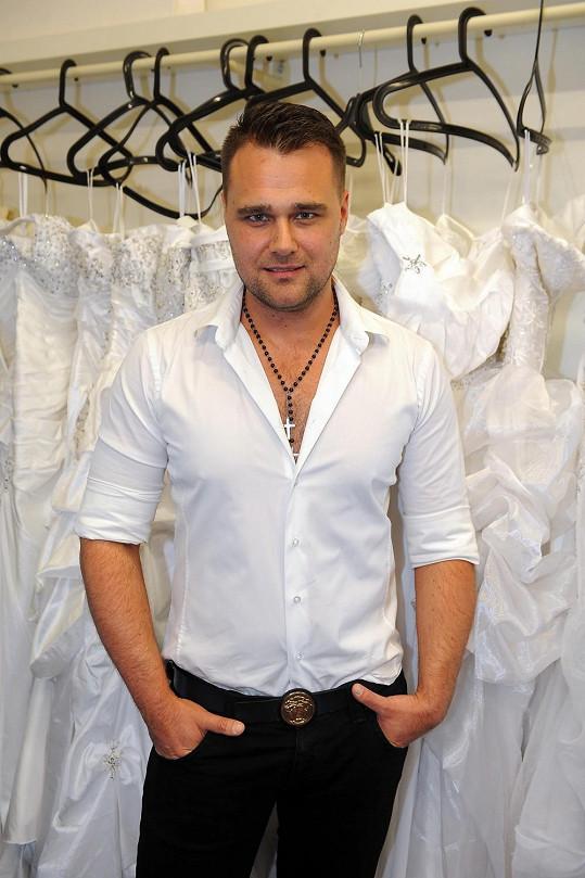 Pavel Filandr tvoří svatební šaty pro Lucii Královou a Andreu Kalivodovou.