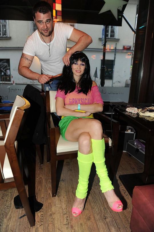 Vizážista Filandr udělal z Gavriely brunetu. Ta za odměnu vystavila své nožky.
