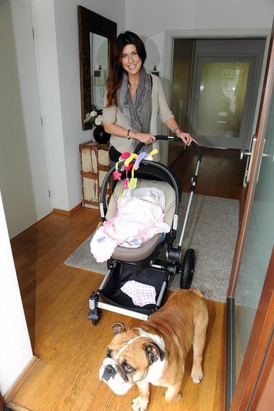 Victoria vyjíždí s dcerou na projížďku.