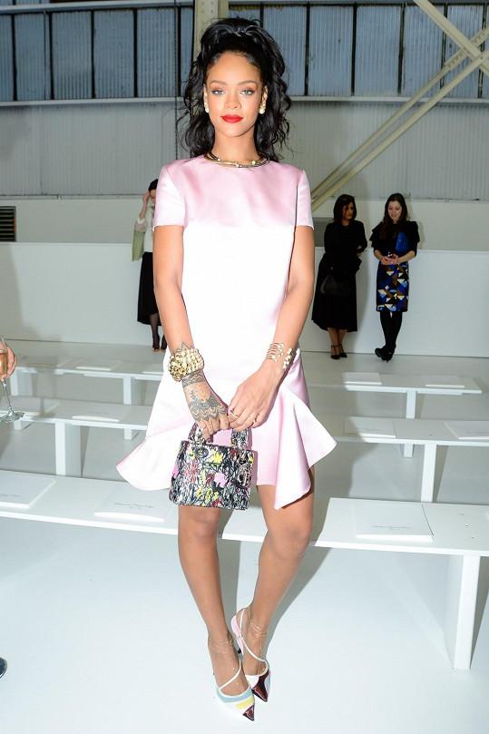 Rihanna si oblékla růžové saténové šaty Dior, kabelku Mini Lady Dior a boty a doplňky stejné značky.