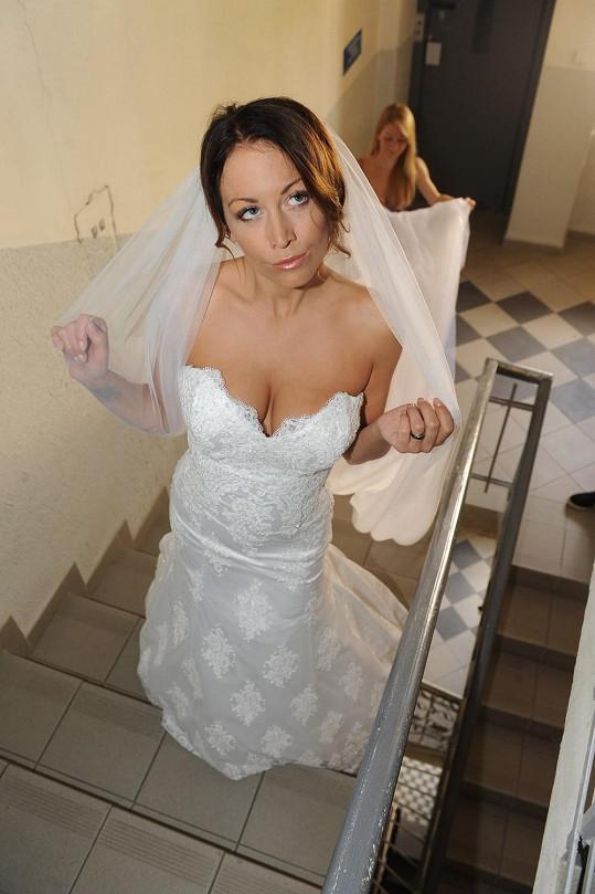Agáta Prachařová ve svatebkách s mocným dekoltem.