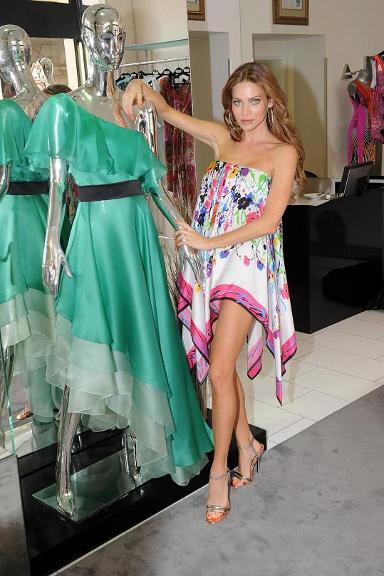 Modelka si v butiku vybrala i další kousky, které oblékne ve Varech.