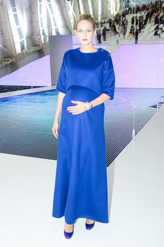 Těhotná herečka Leelee Sobieski s bříškem