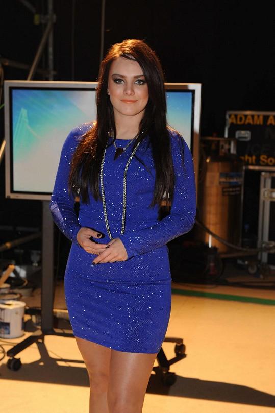 Ewa Farna vypadá i v decentnější róbě luxusně.