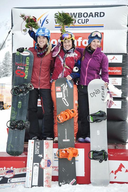 Eva Samková na stupních vítězů ve Světovém poháru ve snowboardcrossu