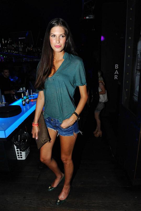 Aneta Vignerová v ultra krátkých šortkách.