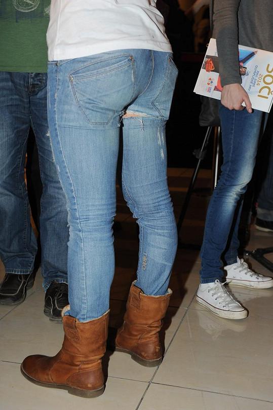 Eva Samková a její vypracované pozadí. Jen ty džíny asi byly moc těsné...