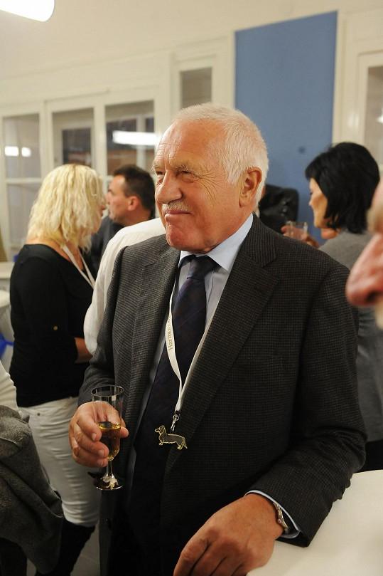 Václav Klaus si nechal dát na krk aspoň přívěsek s jezevčíkem.