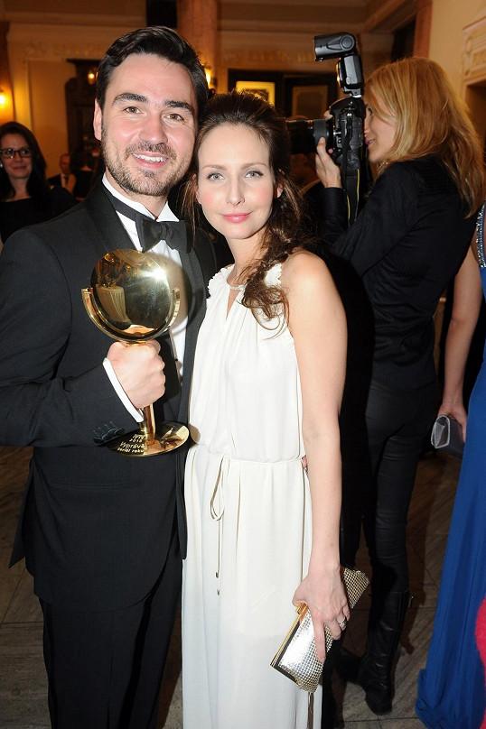 Veronika pózuje s manželem, který se raduje ze zrcátka za seriál Vyprávěj, který též režíroval.