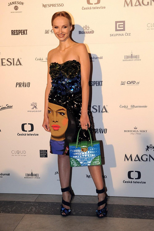 Jana Plodková měla na sobě šaty bez ramínek s potiskem ženského obličeje z obrazu Jeanne Detallante, které byly pošité krystaly, pajetkami a kamínky. Herečka doplnila šaty botami zdobenými krystaly a kabelkou z krokodýlí kůže. Vše kolekce Prada jaro/léto 2014.