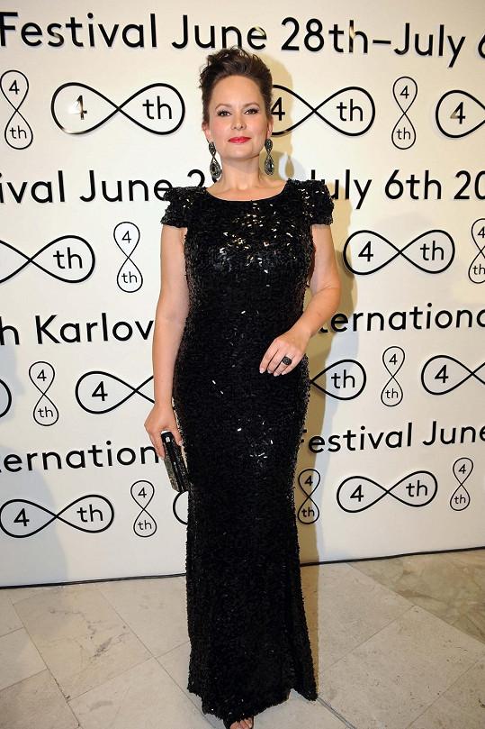 Jitka Čvančarová v nádherných šatech předvedla své křivky.