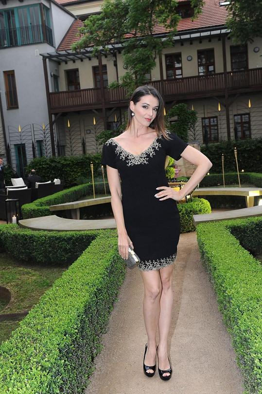 Ivě Kubelkové to sice slušelo, ale v malých černých šatech jí byla na hotelové zahradě pořádná zima.