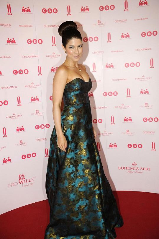 Nejkrásnější českou zpěvačku Victorii oblékl její dvorní návrhář Lukáš Lindner. Trendu je poplatný jak hedvábný taft protkávaný kovovým vláknem, tak i vysoko vyčesaný drdůlek.