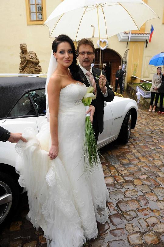 Krásná nevěsta Andrea Šťastná po příjezdu do Třebotova.