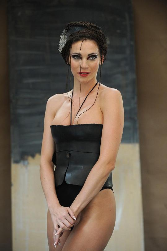 Andrea Verešová v modelu z gumy