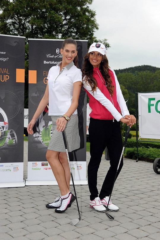Aneta a Eliška na módní show na golfu v Karlových Varech