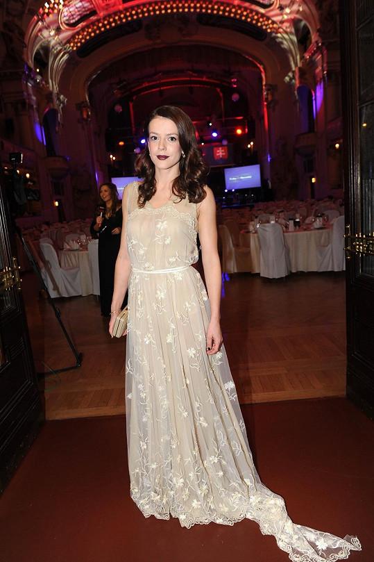 Andrea zvolila na Československý ples světlounké šaty.