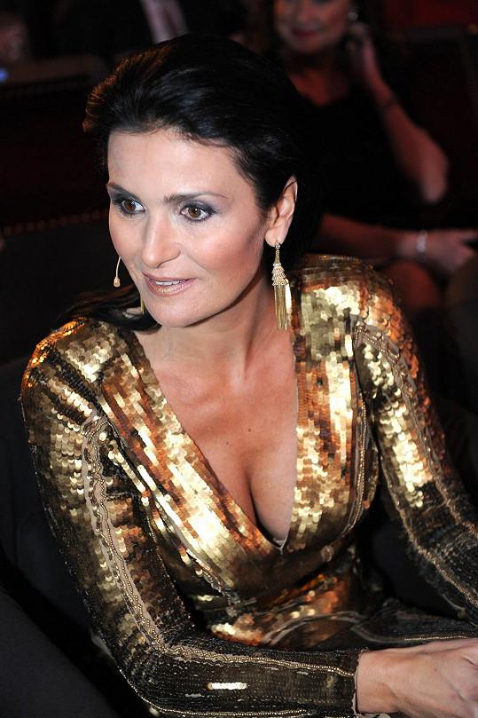 Michaela Maláčová předvedla i bujný dekolt.