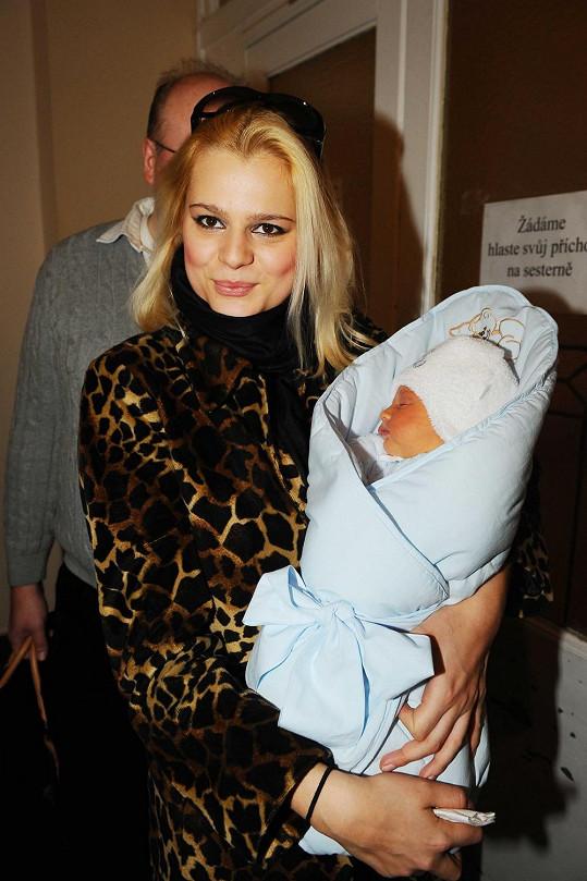 Ornella s malým Quentinem při odchodu z nemocnice