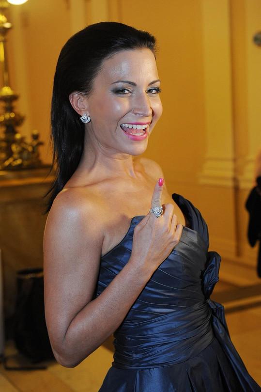 Decentní šaty a jednoduše řešený účes v podobě vlasů sčesaných dozadu dával Gábině možnost odvázat se při výběru šperků Chopard - zábavných náušnic a prstenu s diamantovými medvídky.