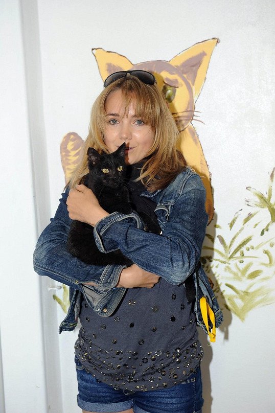 Lucka pokřtila kočičí útulek.