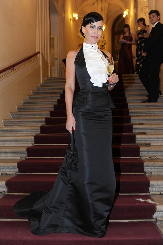 Může snad dámský doprovod Gábiny Partyšové za to, že moderátorka místo svůdné ženskosti dala přednost rafinovanému pánskému stylu?