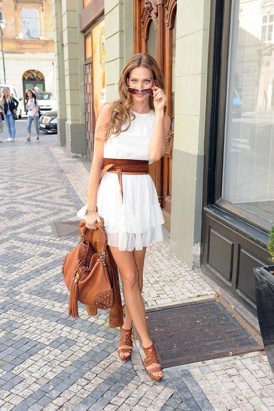Andrea dává dohromady módní kousky, které oblékne na filmovém festivalu.