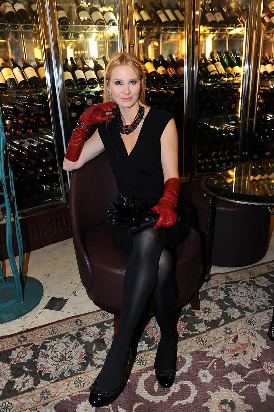 Fetišismem říznutý outfit s koženými rukavičkami vstoupil do dějin hitparády módních halucinací.