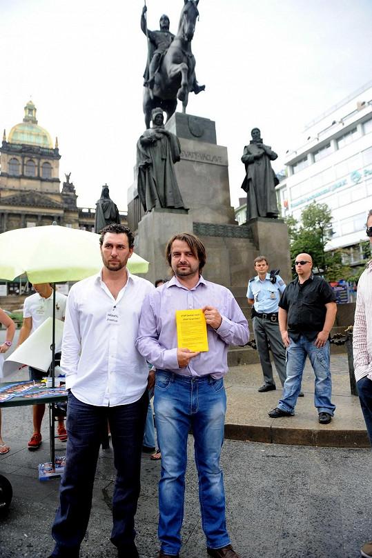 Zdeněk Macura s Domenicem Martuccim na demonstraci na pomoc týraným ženám.