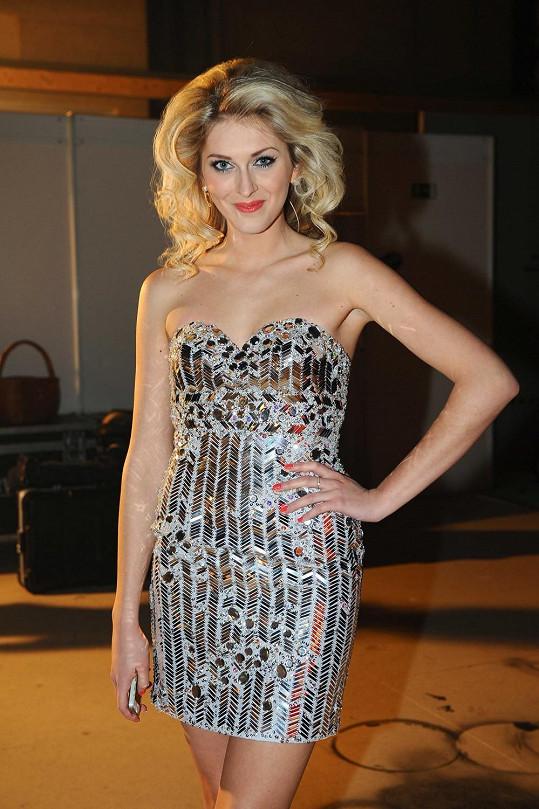 Zora Kepková si oblékne dnes večer tyto stříbrné šaty.