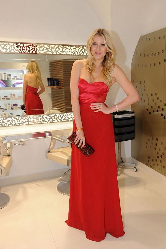 Jitka Nováčková si oblékla šaty, které jí v oblasti prsou byly velké.