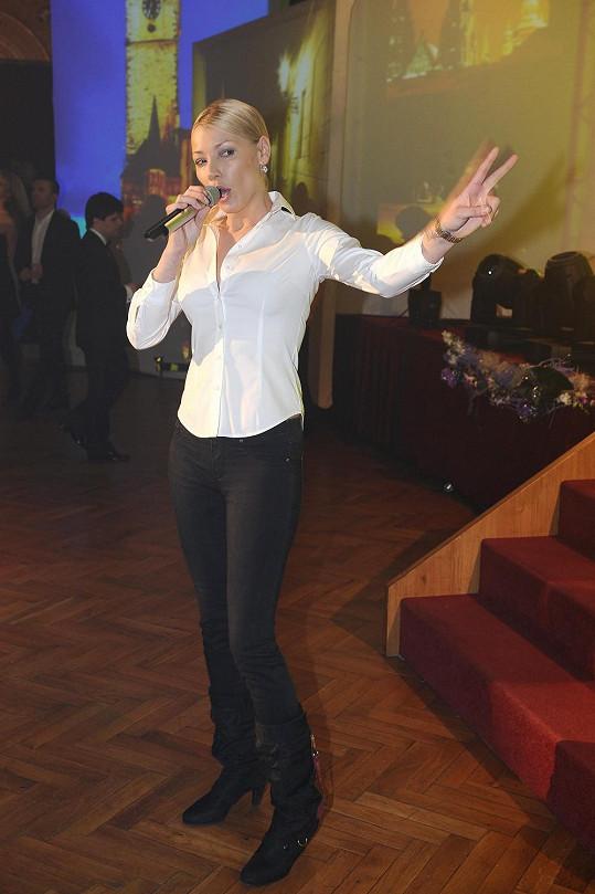 Helena Zeťová je v oblékání pankáč a rozhodně nedbá na společenská pravidla. Zpěvačka s klidným svědomím do paláce plného nastrojených hostů nakráčela v ležérní bílé blůze a civilních černých kalhotách. Myslíme si, že by si tato společenská událost zasloužila lepší přípravu.