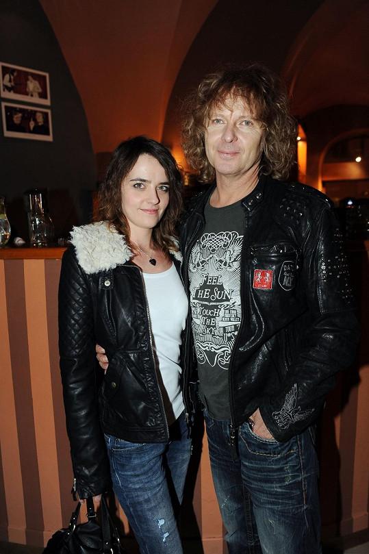 Peter Nagy se na vernisáži fotografií z pořadu Manéž Bolka Polívky objevil po boku sličné brunetky.