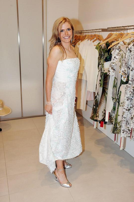 Gabriela si přišla do salonu vybrat nejen večerní šaty, ale i kousky na volný čas.