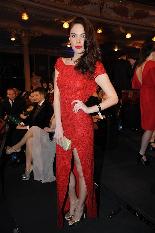 Česká vicemiss z roku 2009 Zina Šťovíčková si u návrhářky Dominiky Sedláčkové vybrala šaty s vysokým rozparkem a výstřihem přes celá záda.