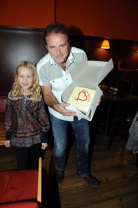 S dcerou si pak rozbalil dort.