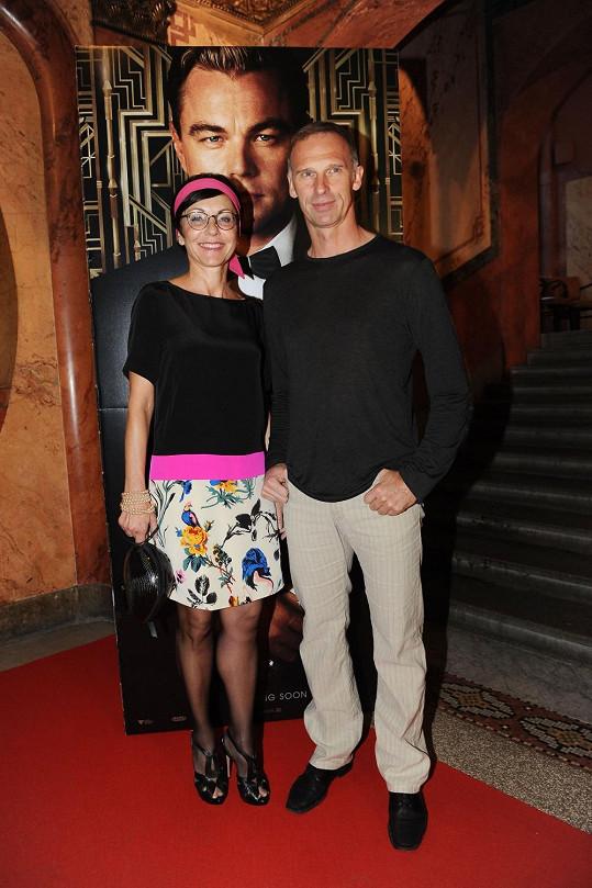 Líba Šmuclerová našla sukni a čelenku v šatníku. Dominik Hašek si s outfitem moc hlavu nelámal.