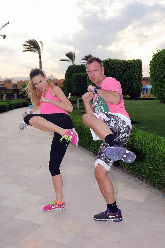 Míša chodí pravidelně v Egyptě cvičit se Zdeňkem Style Hrubým, který na stejném místě natáčí videoklip s Míšou Noskovou, které napsal novou baladu.