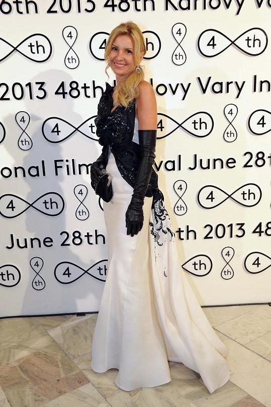 Královna Pařížské Tamara Kotvalová si karlovarský festival nemohla nechat ujít.