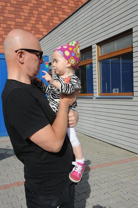 Ondřej Soukup si užívá s dcerou v náručí.