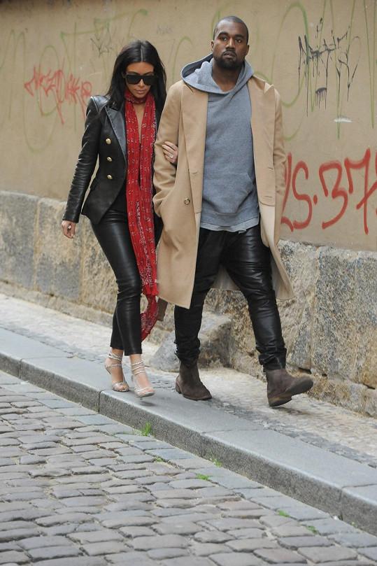 Kim a Kanye během procházky historickým centrem Prahy.