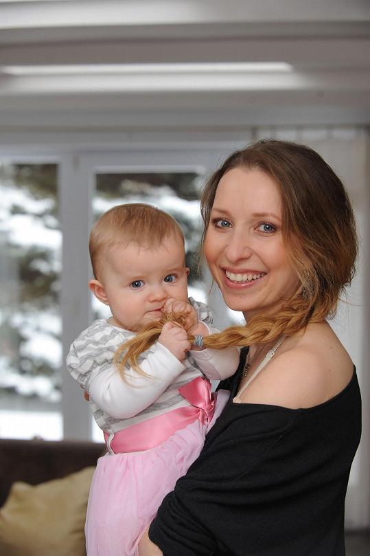 S líčidly a dcerkou v náručí už jí to sluší mnohem víc.