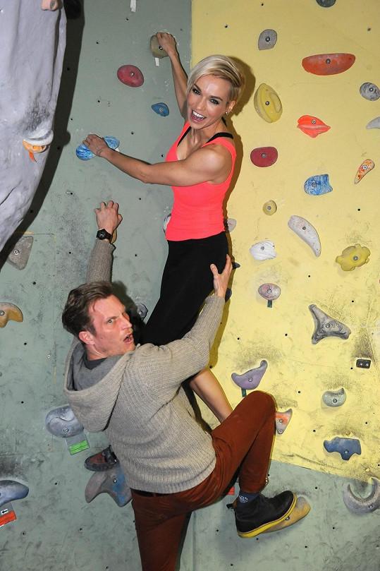 Hanka si vyzkoušela lezení na horolezeckou stěnu společně s ostatními tvářemi Novy.