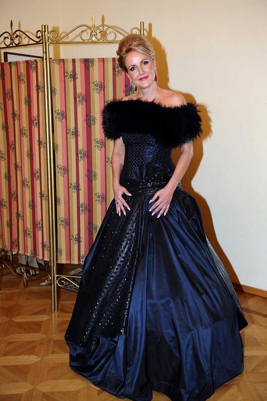 Vendula Svobodová pózuje v šatech, které oblékne na Ples v Opeře.