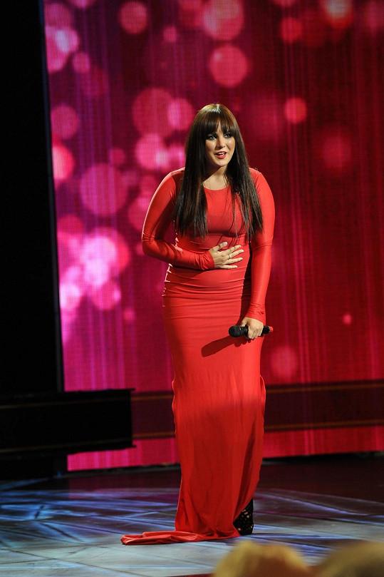 Ewa Farna už ví, že červené šaty nepatří do jejího šatníku.