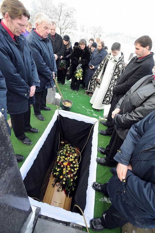 Jana Svítivá a další smuteční hosté se loučí s Jiřinou Jiráskovou.