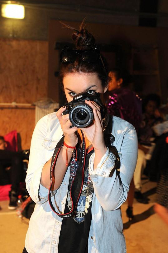 Ewa si v zákulisí hrála na fotografku.