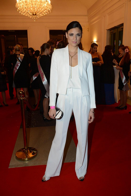 Česká Vicemiss pro rok 2007 Lilian Sarah Fischerová vybočovala z řady, neboť zvolila kalhotový komplet.