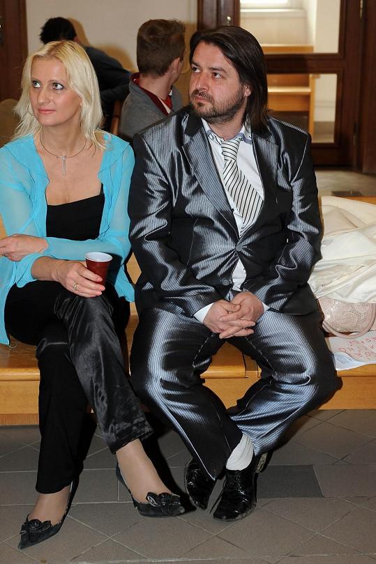 Tento oblek nikdy nevypadal, že by si ho pan Macura nechal ušít na míru. Kousek s pravděpodobnou minulostí second handu většinou ochránce práv týraných žen ladí s obnošenou, nepříliš čistou obuví, do které s oblibou vsadí bílé ponožky.